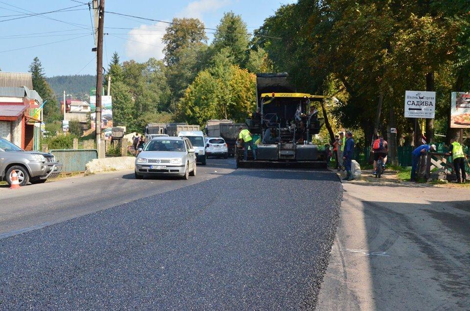 Дорожники скаржаться на водіїв: вони псують новенький асфальт. ФОТО, фото-5