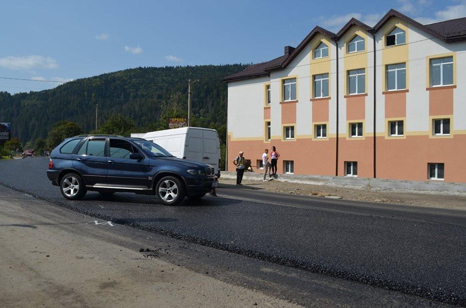 Дорожники скаржаться на водіїв: вони псують новенький асфальт. ФОТО, фото-3