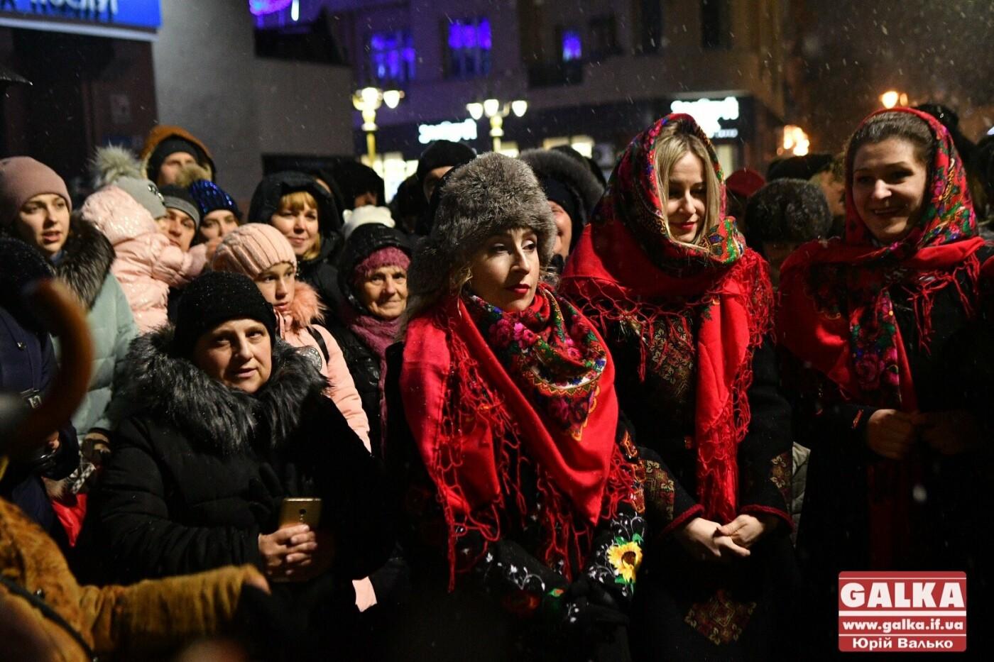 У Івано-Франківську засяяла головна новорічна ялинка. ФОТО, фото-7