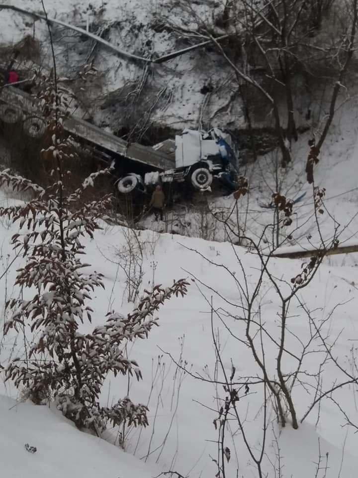 У Делятині вантажівка впала у прірву, фото-1