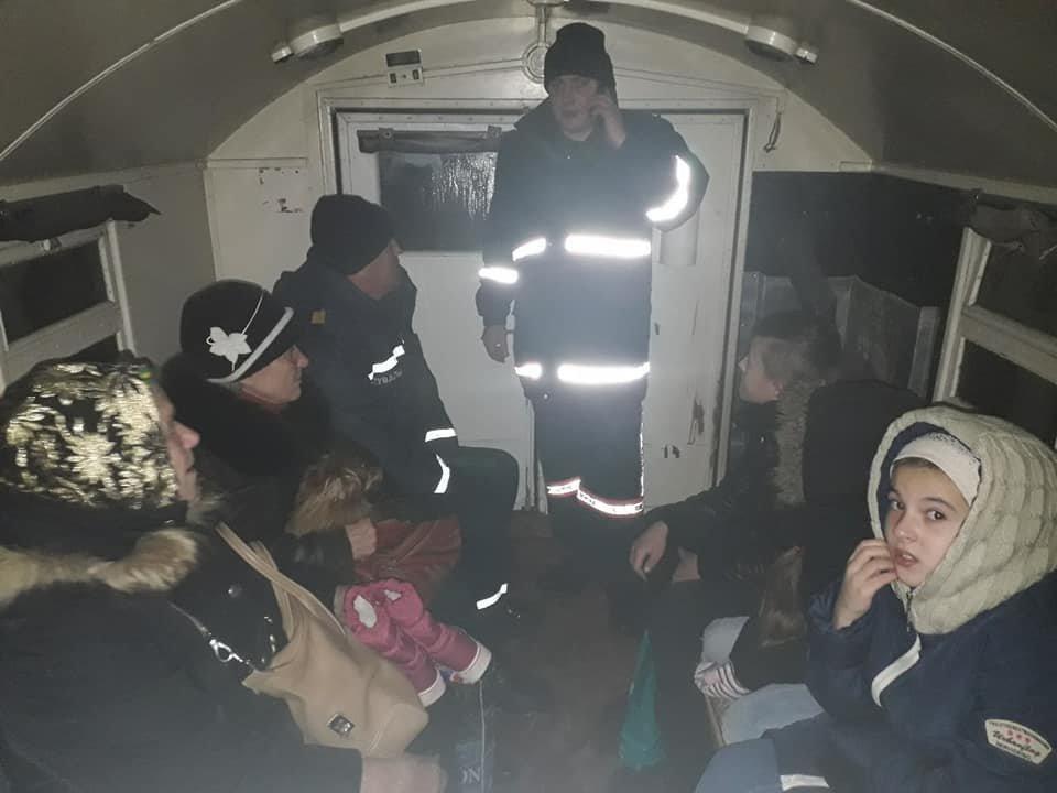 Пасажирський автобус з дітьми рятувальники витягли зі снігового замету, фото-1