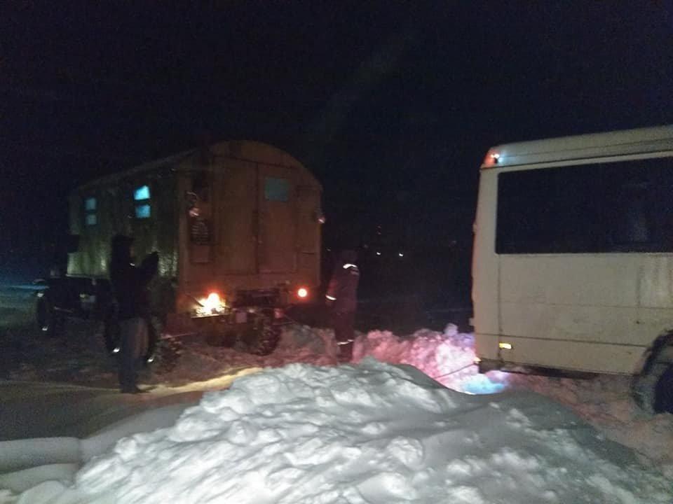 Пасажирський автобус з дітьми рятувальники витягли зі снігового замету, фото-2