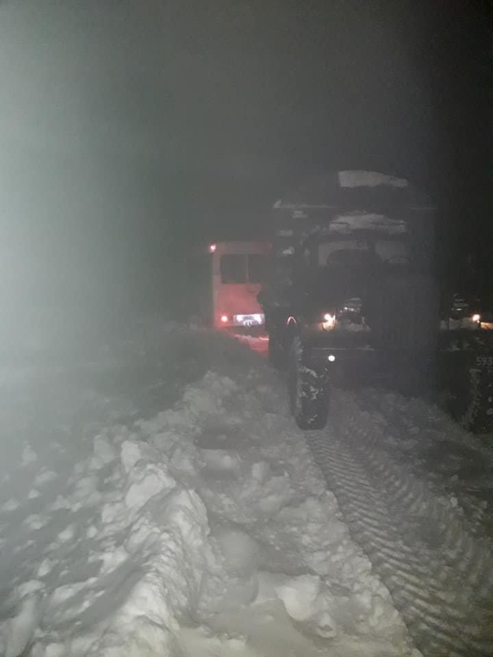 Пасажирський автобус з дітьми рятувальники витягли зі снігового замету, фото-3