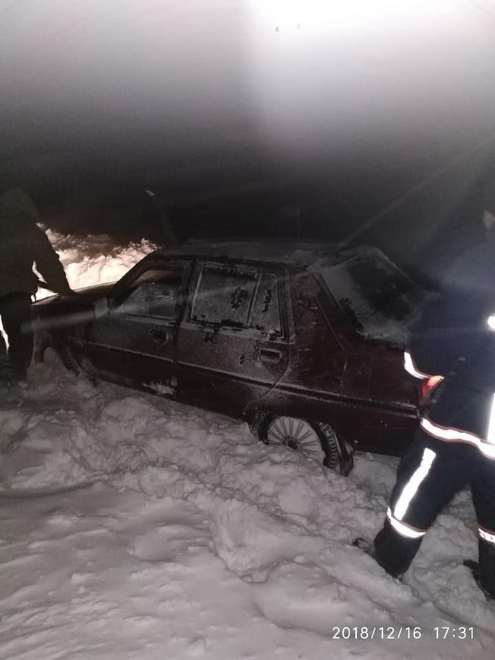 Пасажирський автобус з дітьми рятувальники витягли зі снігового замету, фото-4