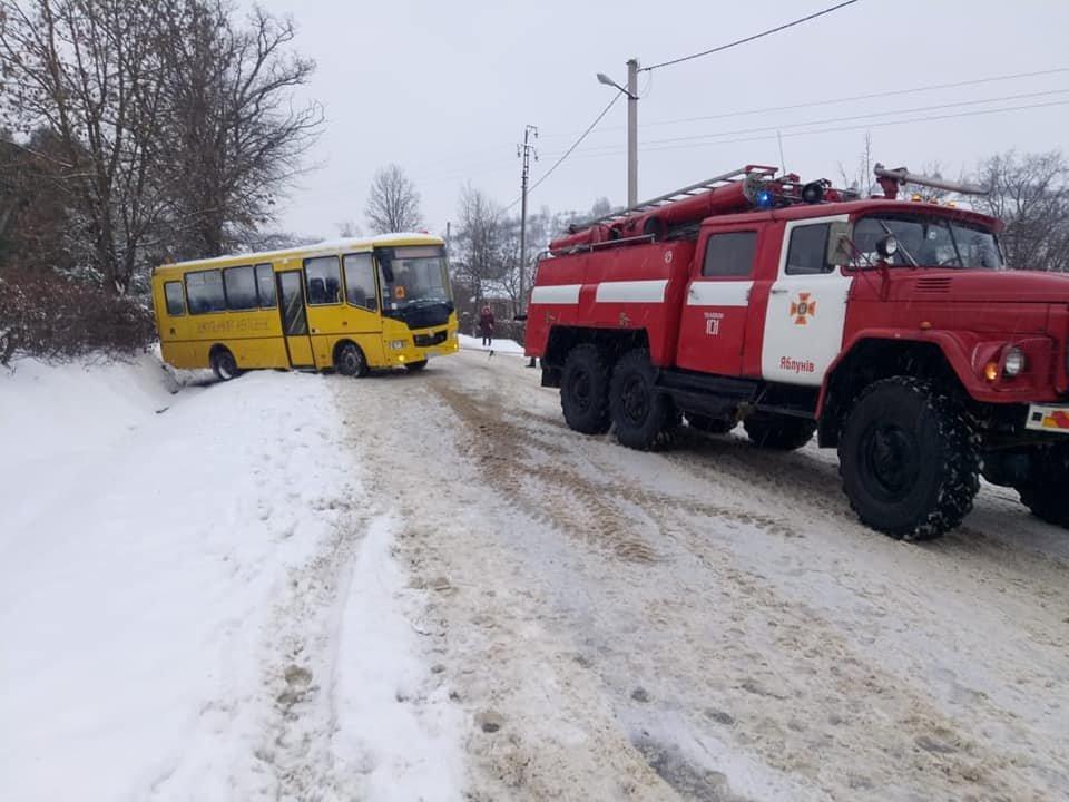 Рятувальники на Прикарпатті далі витягують автомобілі із снігових заметів, фото-1