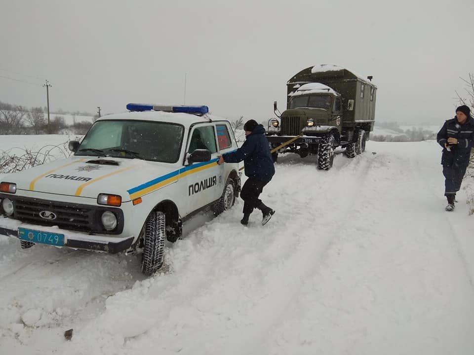Рятувальники на Прикарпатті далі витягують автомобілі із снігових заметів, фото-2