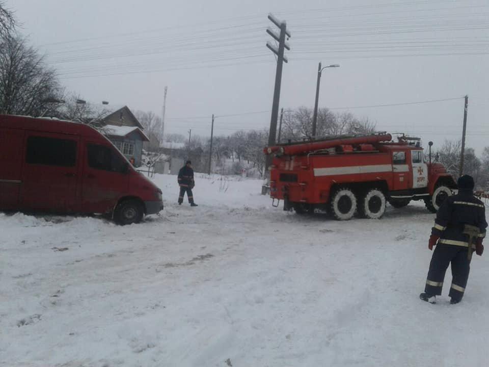 Через слизьку та засніжену дорогу водій мікроавтобуса не міг рушити з місця. ФОТО, фото-1