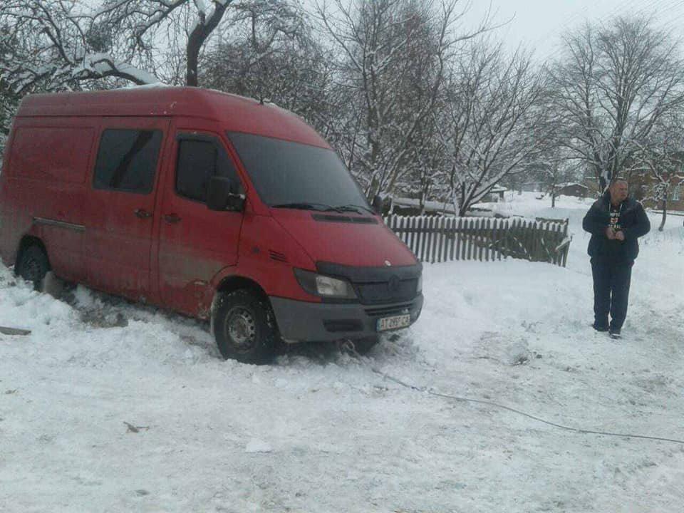 Через слизьку та засніжену дорогу водій мікроавтобуса не міг рушити з місця. ФОТО, фото-3