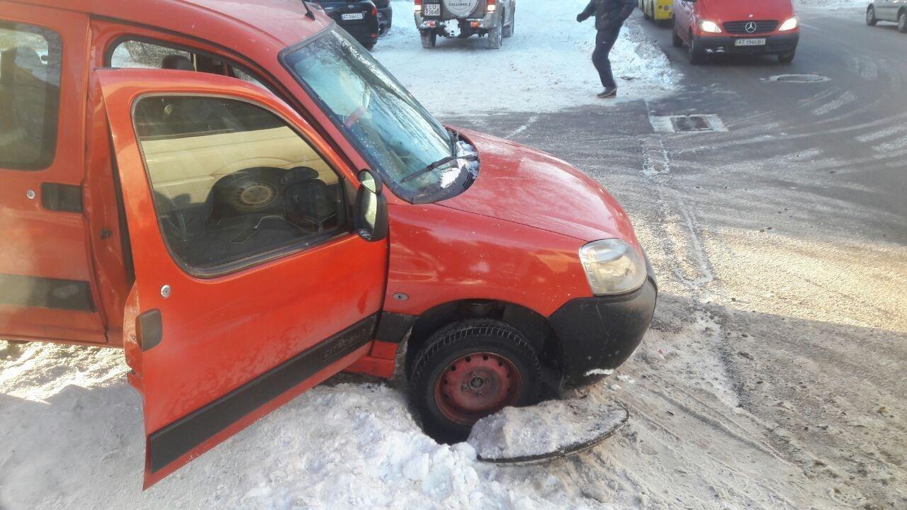 У Франківську на Мазепи автомобіль провалився в люк, фото-1
