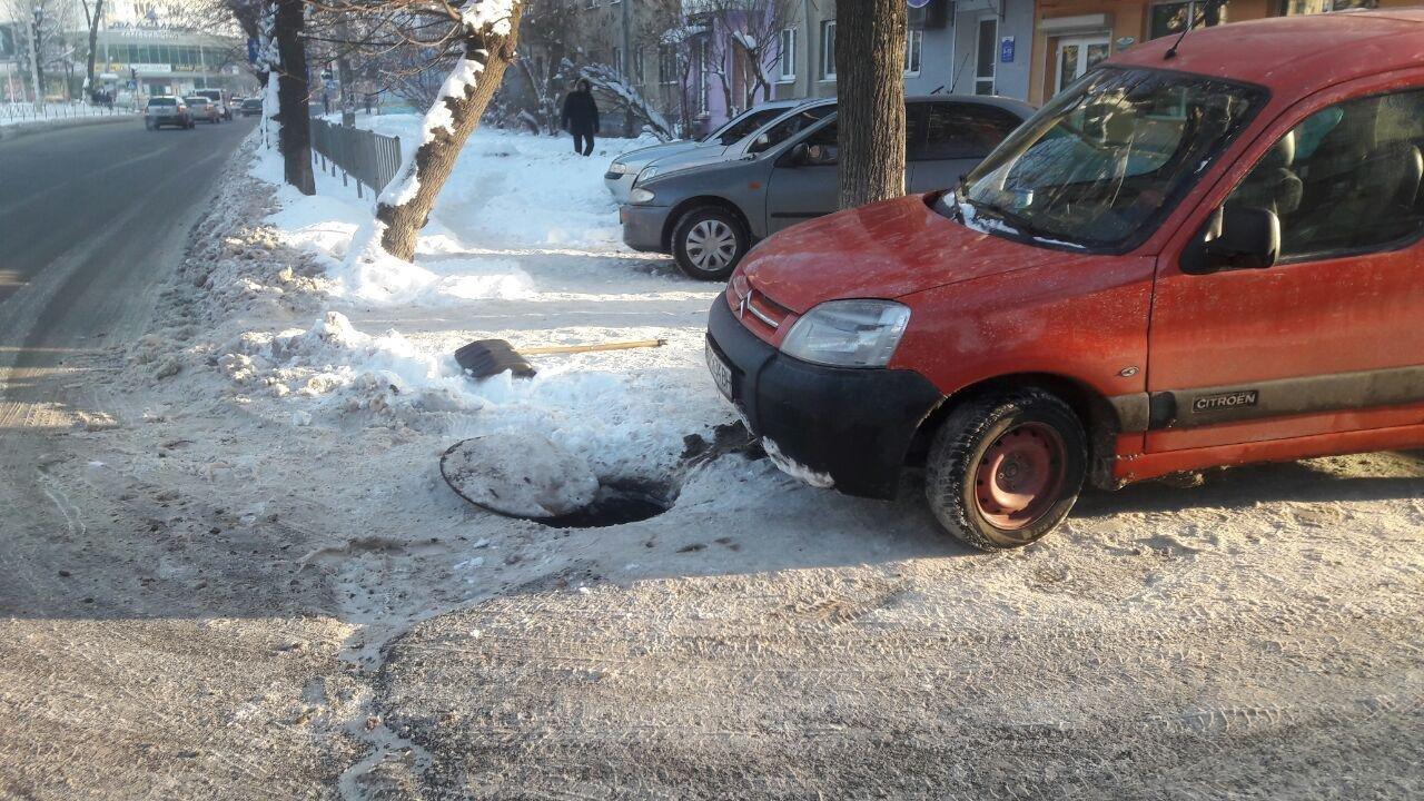 У Франківську на Мазепи автомобіль провалився в люк, фото-2