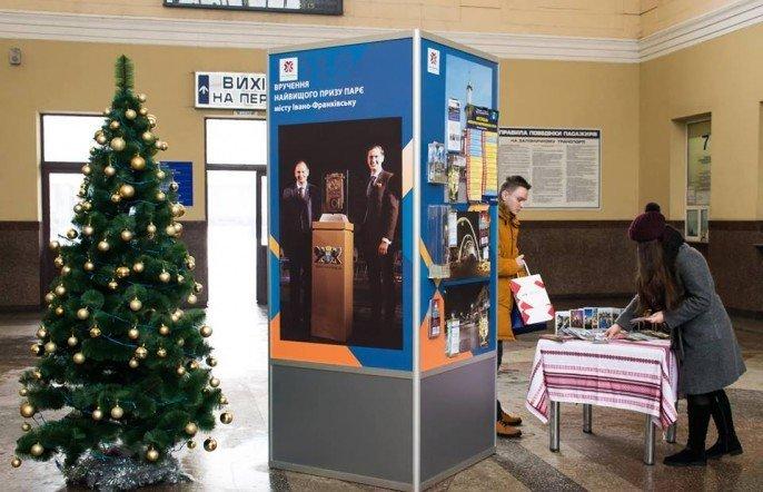 Пункт з актуальною інформацією про Івано-Франківськ встановлено на залізничному вокзалі, фото-1