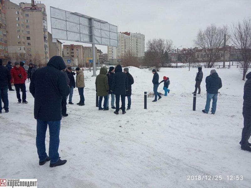 Руслан Марцінків працював на Різдво, -  блокував забудову озера. ФОТО, фото-2