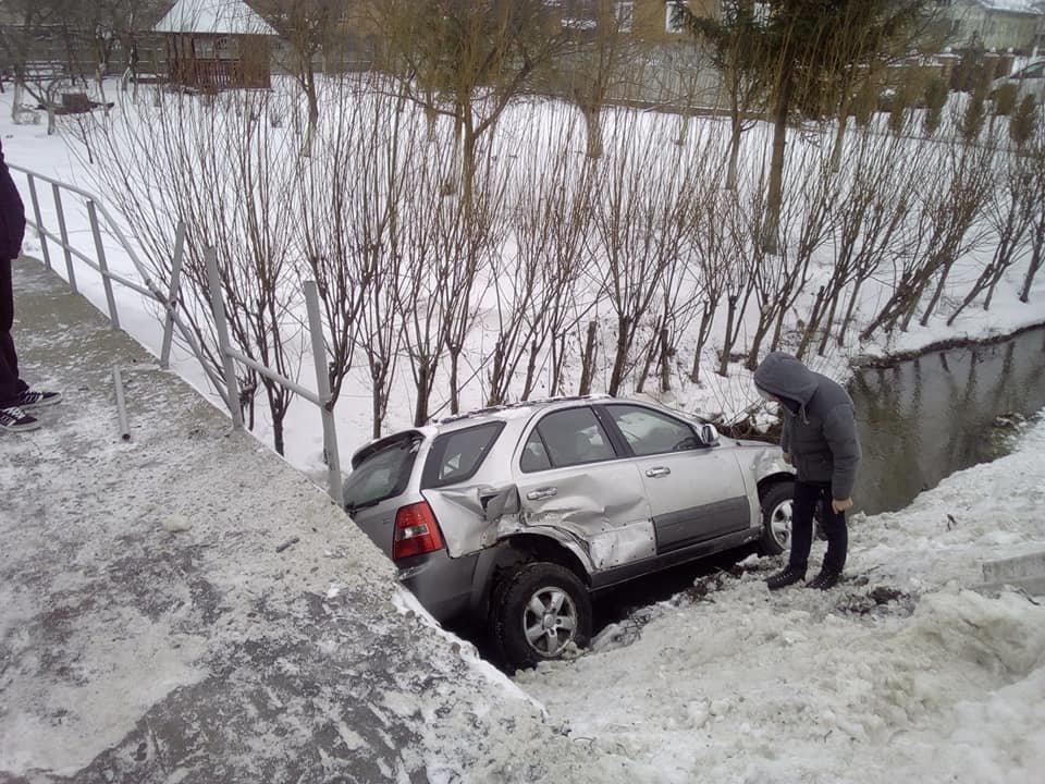 """ДТП через слизьку дорогу сталося на Прикарпатті, - машина """"злетіла"""" з мосту, фото-2"""
