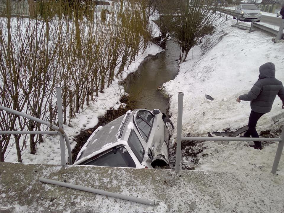 """ДТП через слизьку дорогу сталося на Прикарпатті, - машина """"злетіла"""" з мосту, фото-3"""