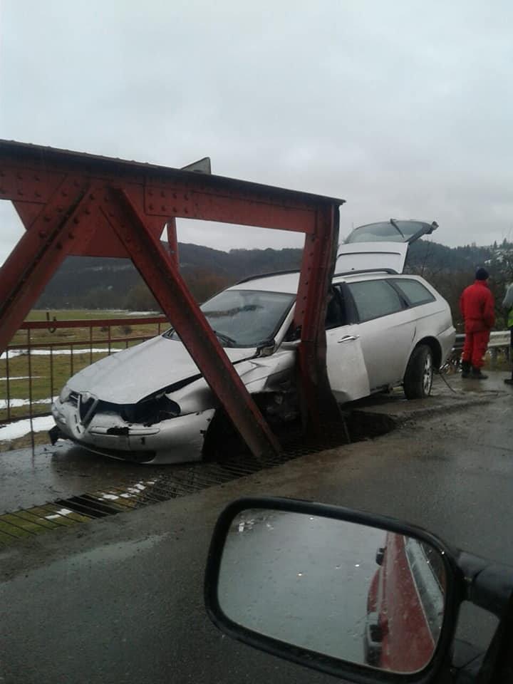 """Не """"вписався"""", - на Прикарпатті водій розбив свій автомобіль об міст, фото-1"""