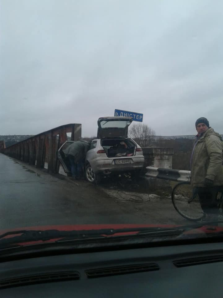 """Не """"вписався"""", - на Прикарпатті водій розбив свій автомобіль об міст, фото-2"""