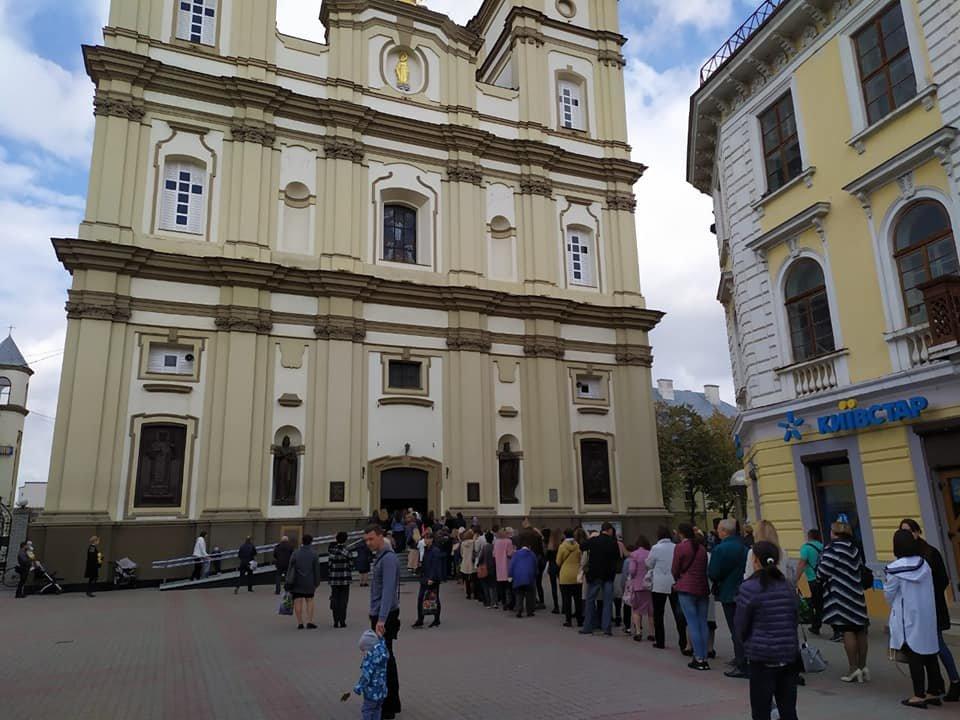 Сотні франківців стоять у черзі до Частинки Хреста, на якому розіп'яли Ісуса (ФОТО), фото-1