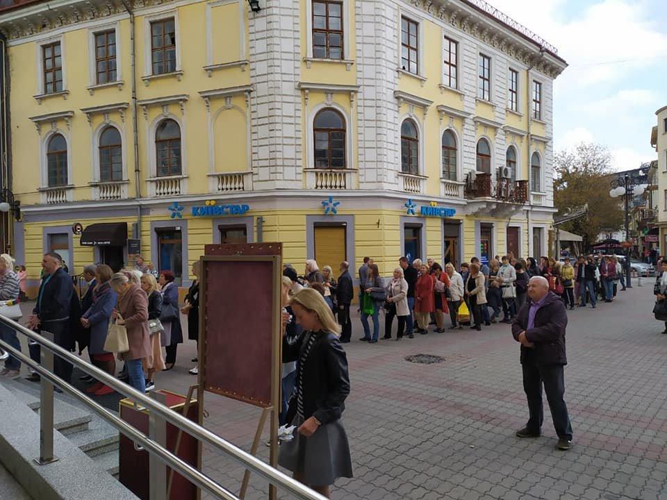 Сотні франківців стоять у черзі до Частинки Хреста, на якому розіп'яли Ісуса (ФОТО), фото-2