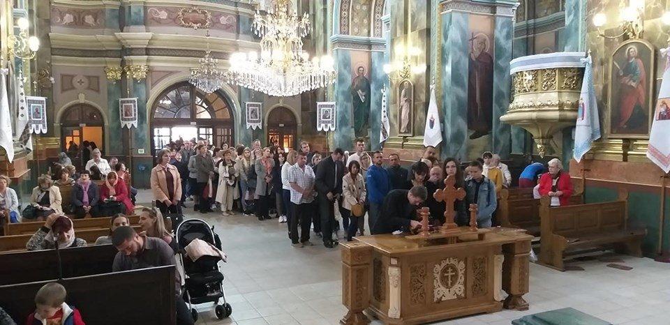 Сотні франківців стоять у черзі до Частинки Хреста, на якому розіп'яли Ісуса (ФОТО), фото-3
