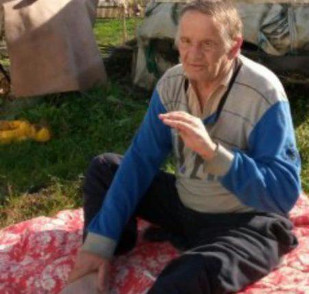 Волонтери просять допомогти чоловікові, який пересувається на колінах, фото-2