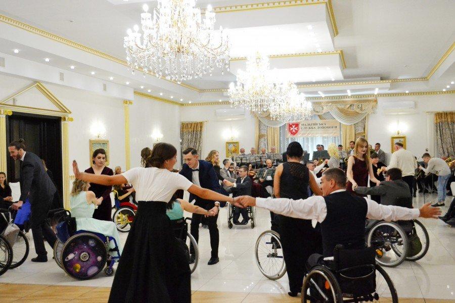 На Прикарпатті відбувся бал для людей з обмеженими фізичними можливостями (фото), фото-3