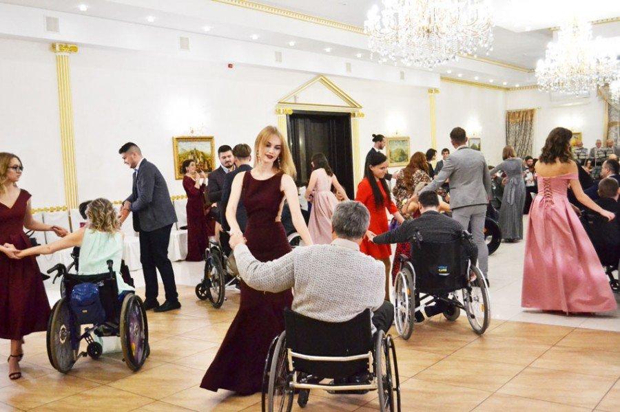 На Прикарпатті відбувся бал для людей з обмеженими фізичними можливостями (фото), фото-4