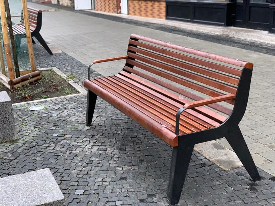 На площі Міцкевича з'явилися нові вуличні меблі (фото), фото-1