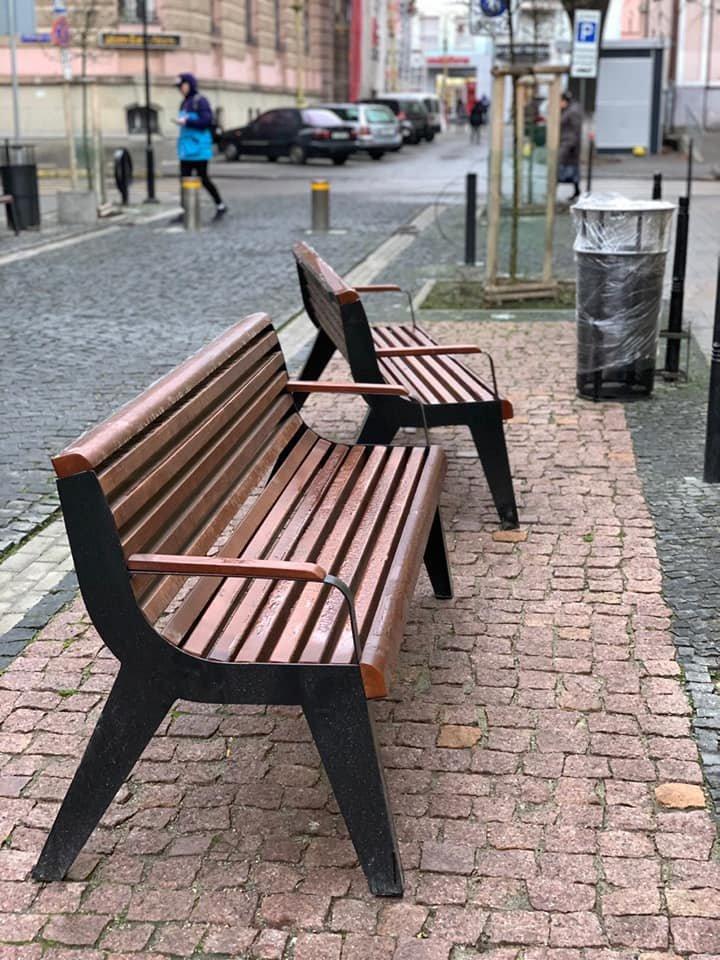 На площі Міцкевича з'явилися нові вуличні меблі (фото), фото-2