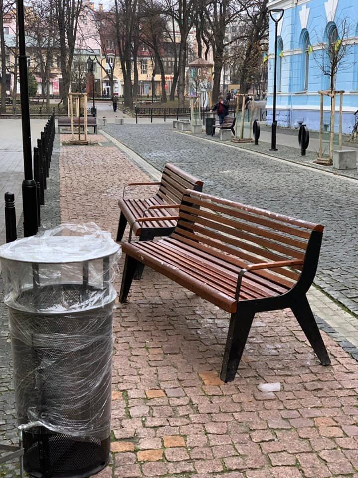 На площі Міцкевича з'явилися нові вуличні меблі (фото), фото-3