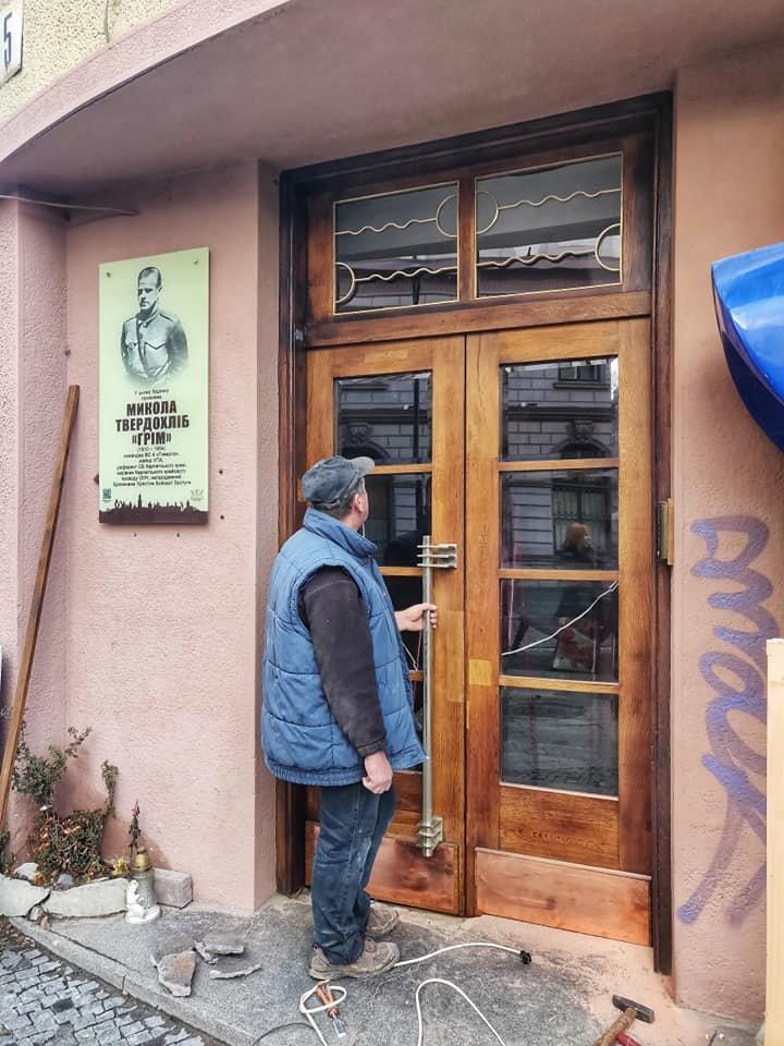 Нове життя старих дверей: у Франківську відреставрували ще одні двері , фото-1