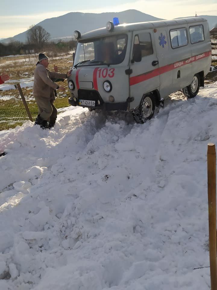 На Прикарпатті через нерозчищену дорогу швидка не могла доїхати до пацієнта. ФОТО, фото-3