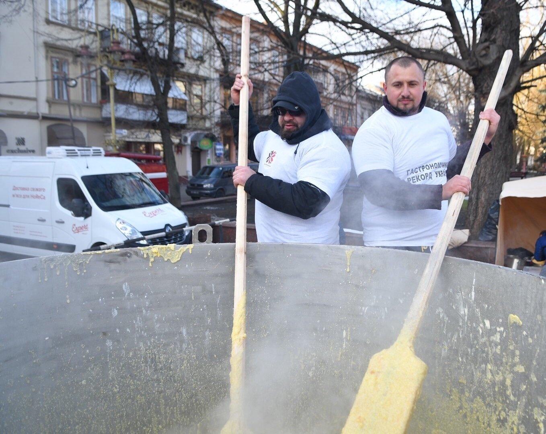 Гастрономічний рекорд: в Івано-Франківську зварили тонну баноша (відео) , фото-1