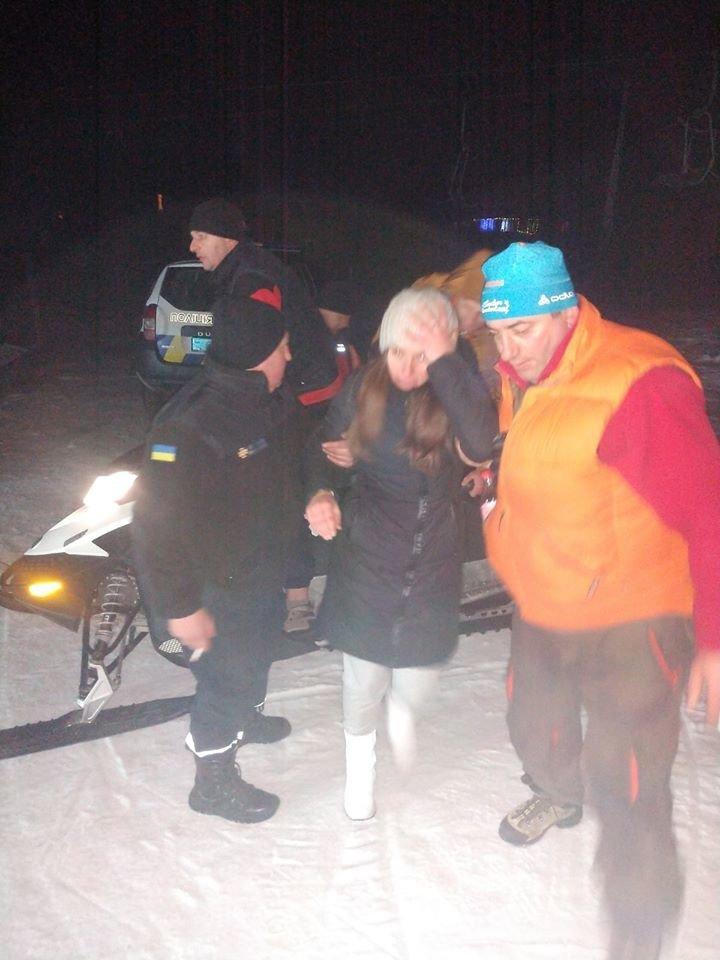 У Карпатах на підйомнику застрягли понад 30 туристів, до порятунку долучились рятувальники (ФОТО, ВІДЕО), фото-1
