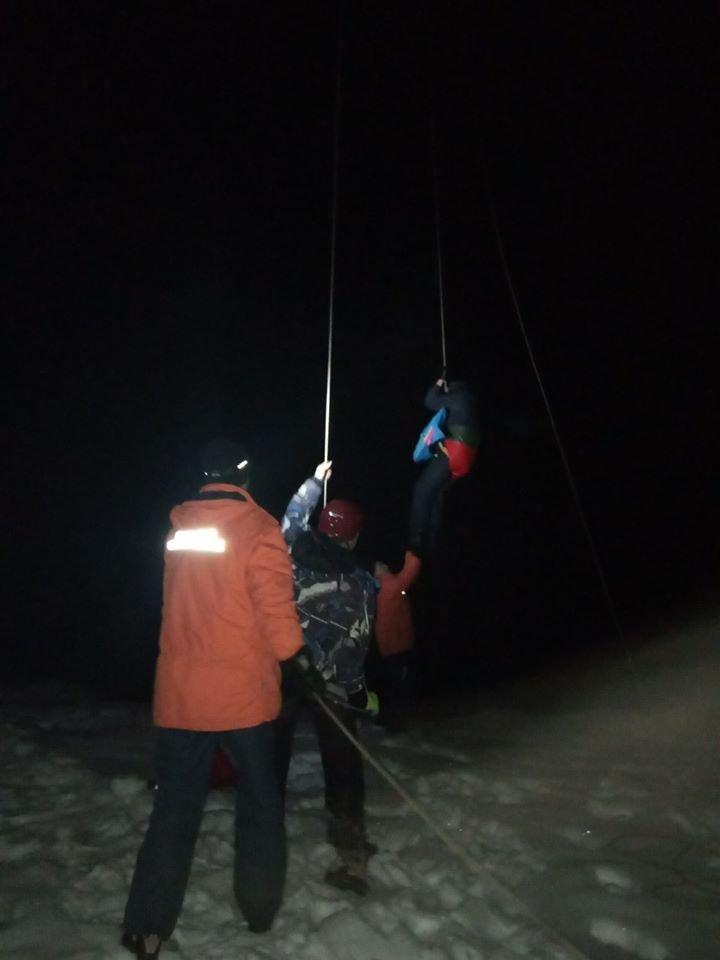У Карпатах на підйомнику застрягли понад 30 туристів, до порятунку долучились рятувальники (ФОТО, ВІДЕО), фото-2