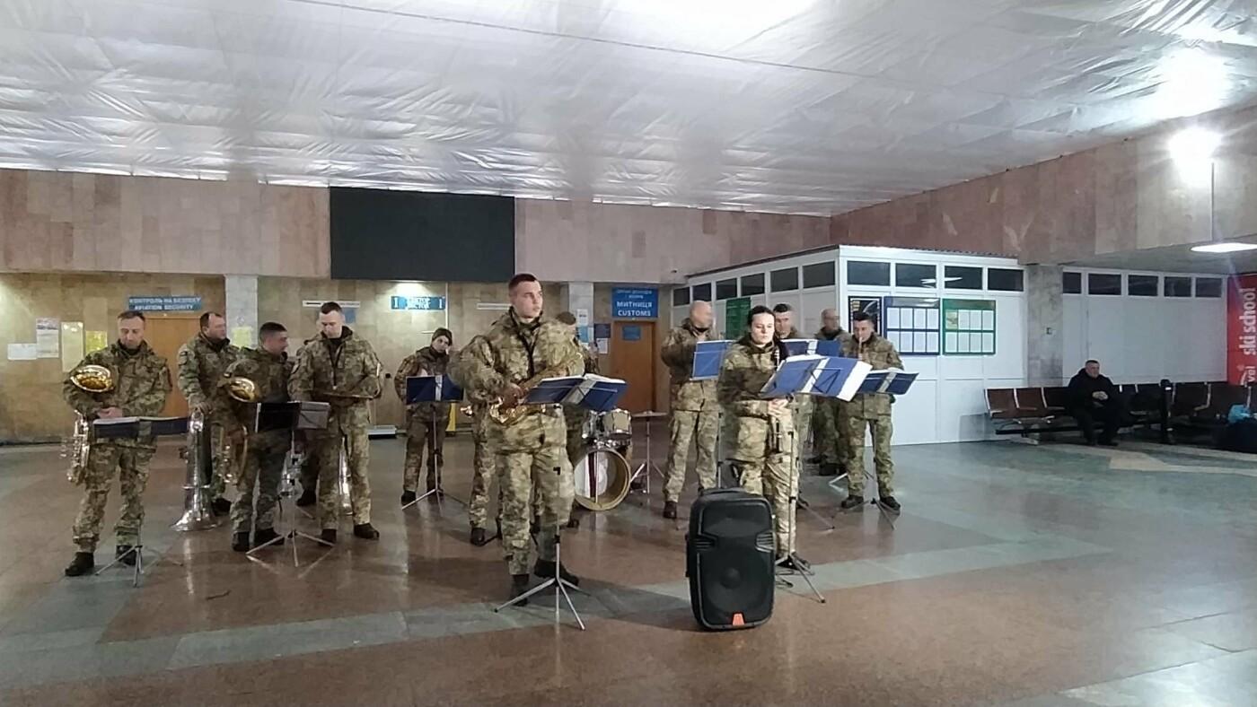 Пам'яті подвигу кіборгів: в аеропорту Франківська яскраво виступив військовий оркестр (фото, відео), фото-1