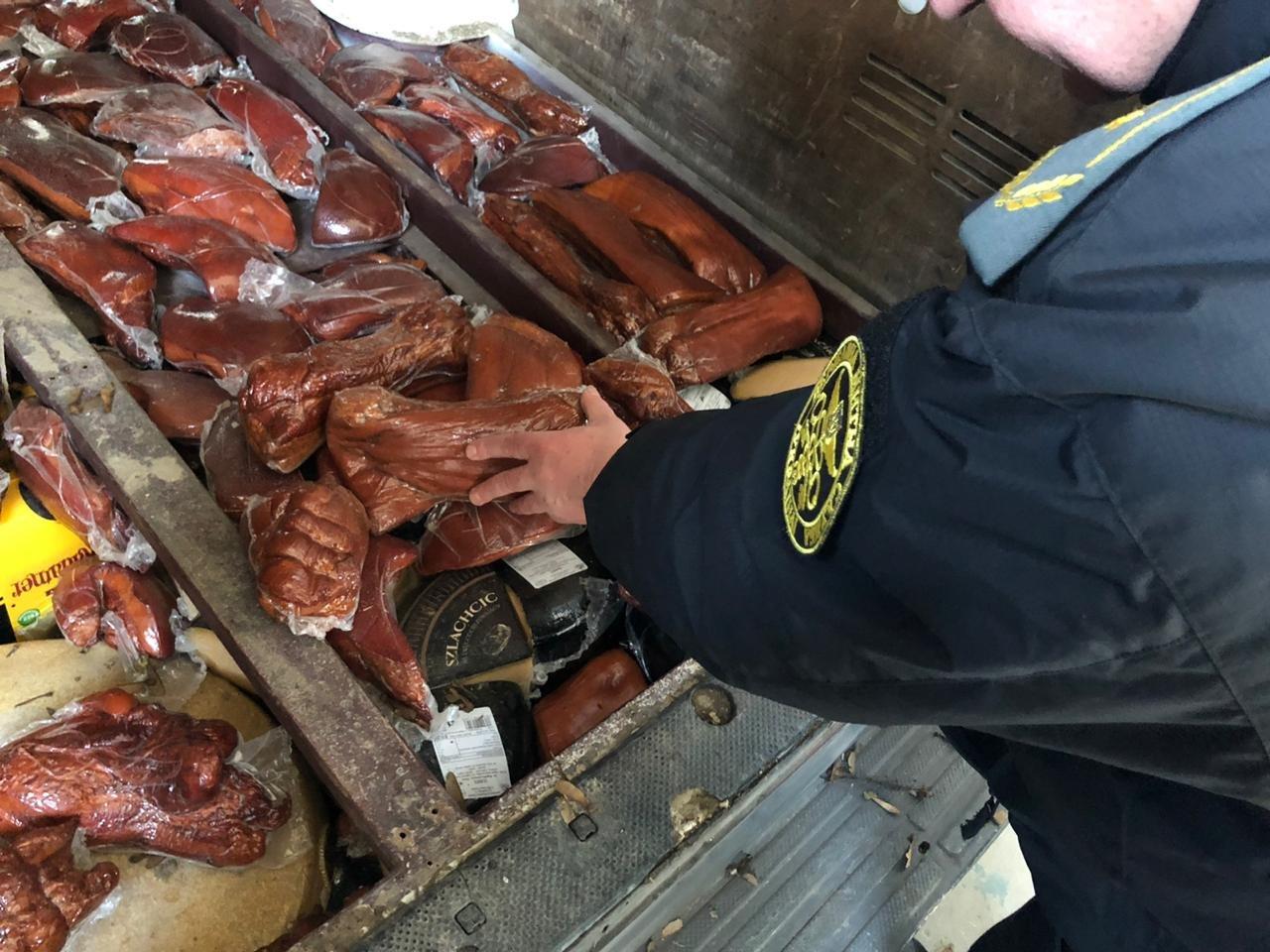 Українець намагався привезти з Польщі майже 1,5 тонни м'яса, сала та сиру (фото), фото-2