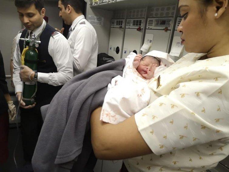 Пологи в повітрі. Українська лікарка прийняла пологи прямо на борту літака (ФОТО), фото-2