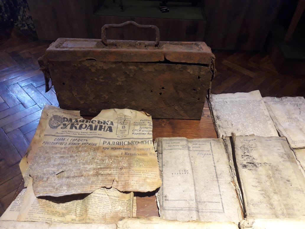 На Прикарпатті знайшли та передали до музею архів УПА в ящику від патронів (фото), фото-1