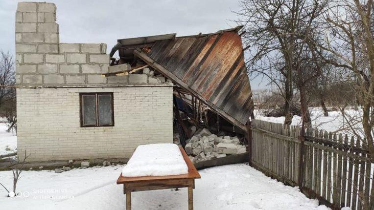 Знесені дахи та повалені дерева: на Долинщині рятувальники ліквідовують наслідки негоди, фото-3
