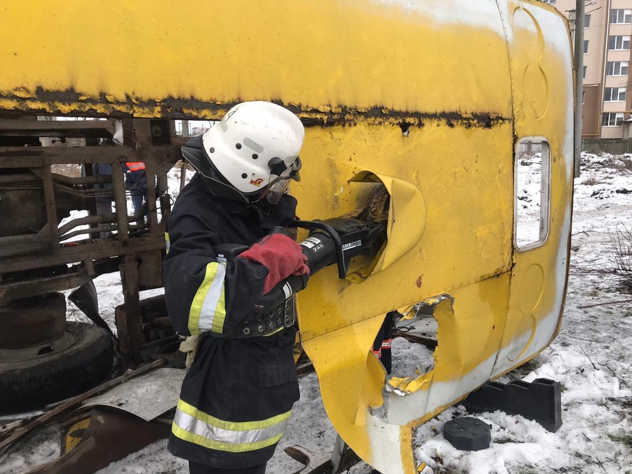 Франківські надзвичайники вчилися рятувати людей з палаючого автобуса (ФОТО), фото-1