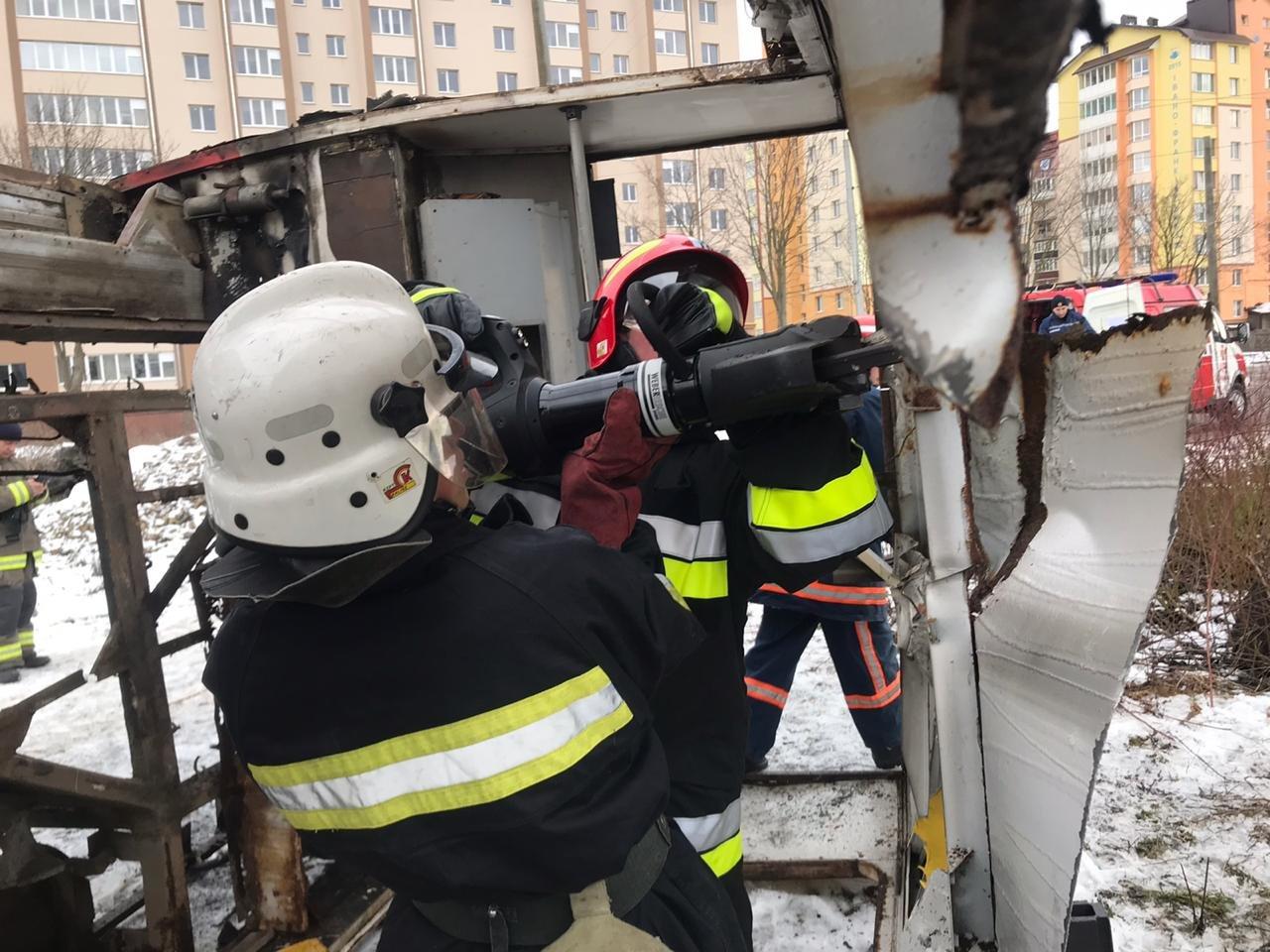Франківські надзвичайники вчилися рятувати людей з палаючого автобуса (ФОТО), фото-2