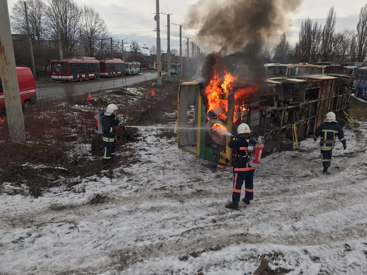 Франківські надзвичайники вчилися рятувати людей з палаючого автобуса (ФОТО), фото-3