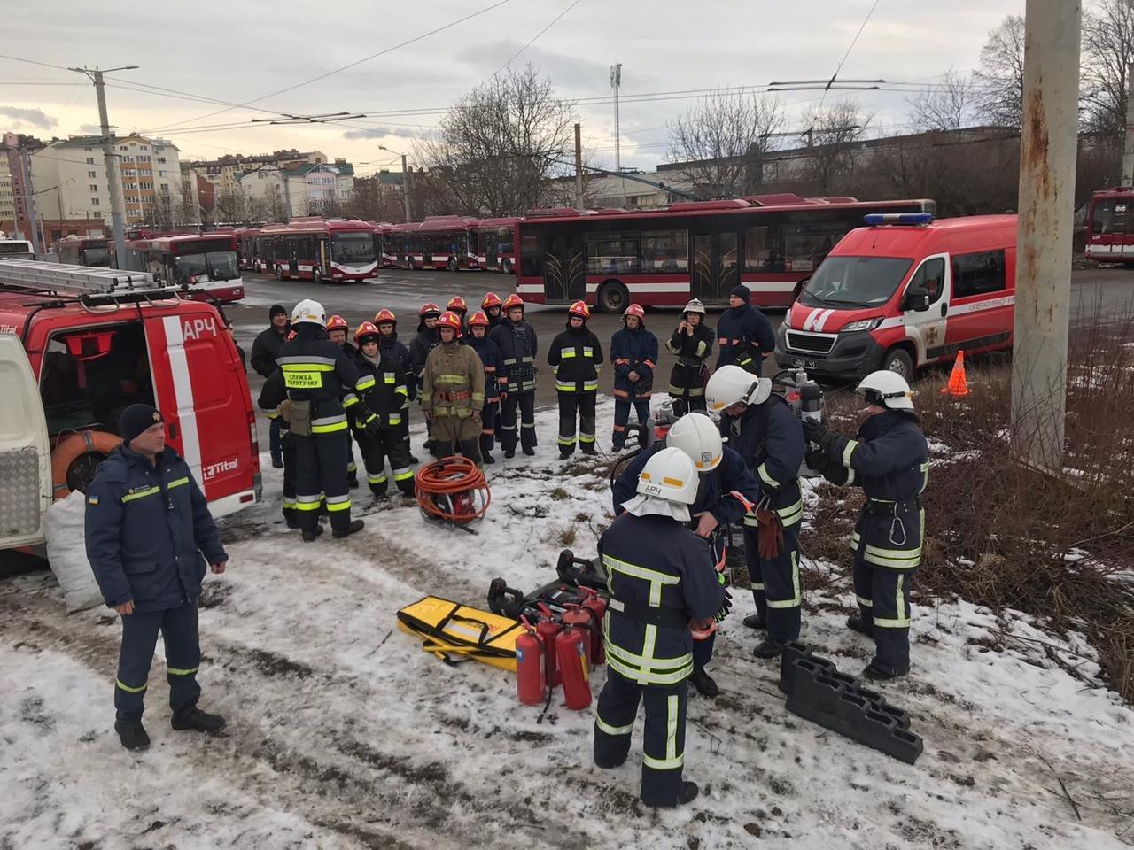 Франківські надзвичайники вчилися рятувати людей з палаючого автобуса (ФОТО), фото-4