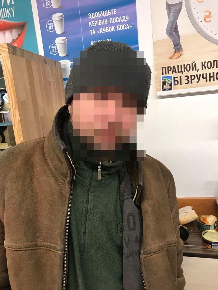 Любить рибку поїсти. У Франківську чоловік намагався вкрасти з магазину ікру та рибу (фото), фото-1