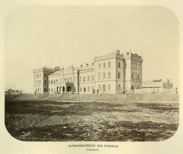 У мережі з'явилась світлина Франківського залізничного вокзалу часу 19 століття (фото), фото-1