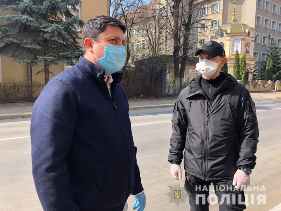 Волонтери передали засоби спецзахисту прикарпатським медикам та поліцейським , фото-2