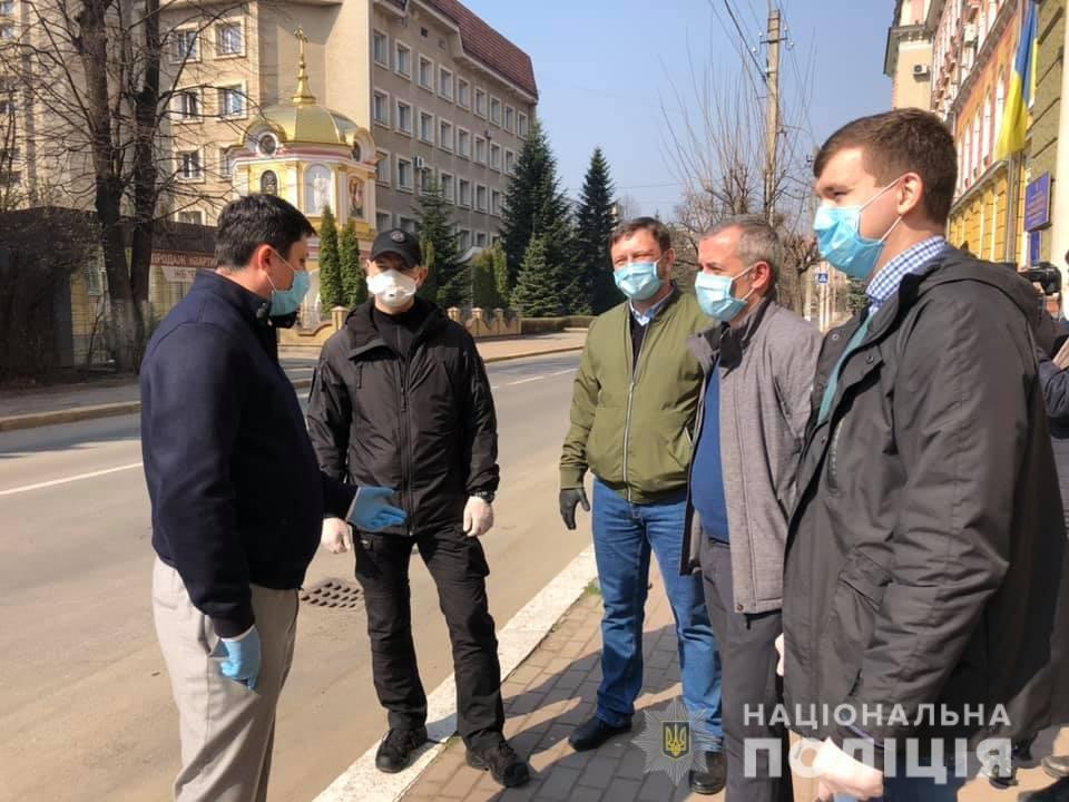 Волонтери передали засоби спецзахисту прикарпатським медикам та поліцейським , фото-3