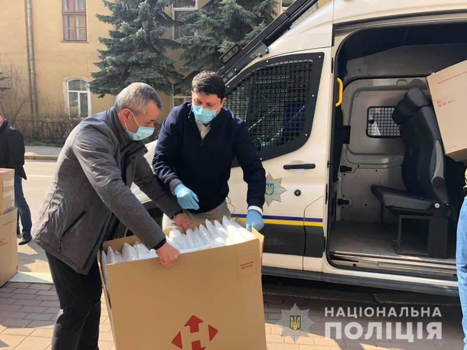 Волонтери передали засоби спецзахисту прикарпатським медикам та поліцейським , фото-4