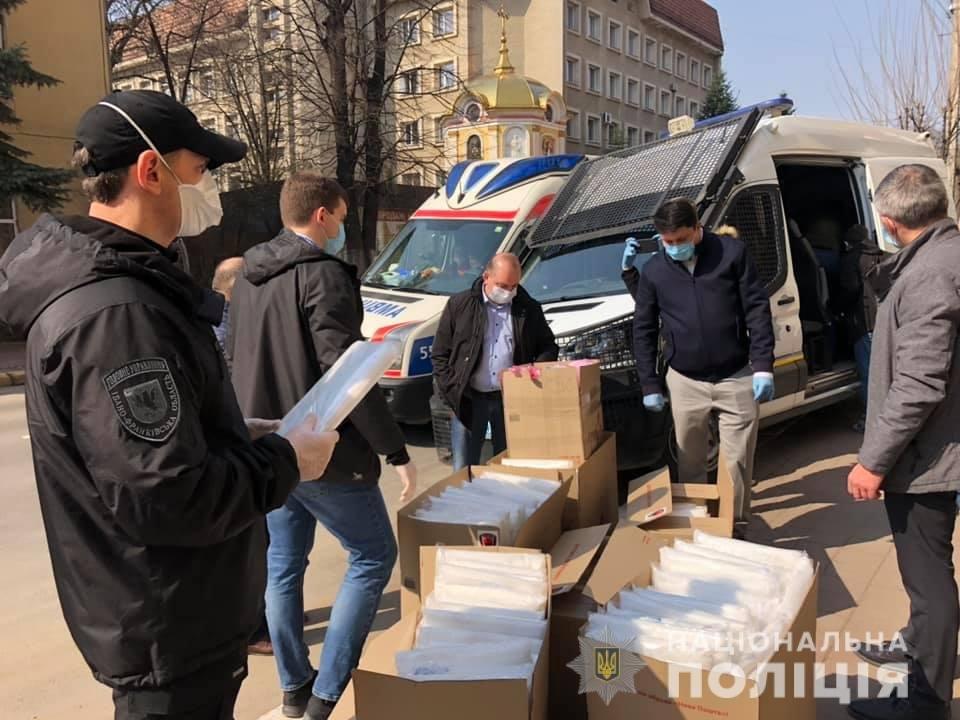 Волонтери передали засоби спецзахисту прикарпатським медикам та поліцейським , фото-5