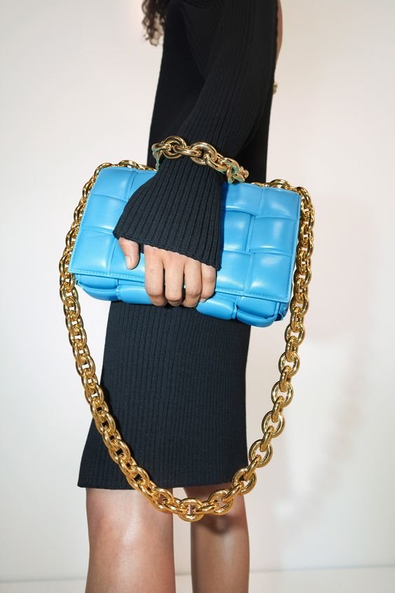 Фото трендових сумок з масивними ланцюжками. Фото - pinterest.ru
